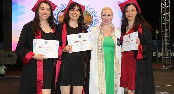 Akdeniz Üniversitesi Tıp Fakültesi'nden 366 hekim mezun oldu