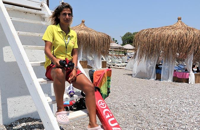 Yüzme bilmeyenlerin inadı sahilin tek kadın cankurtaranı Azra Yılmaz'ı bezdirdi