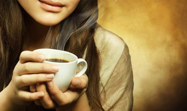 Ciltteki kırışıklıkları önlemek için bir fincan kahve için