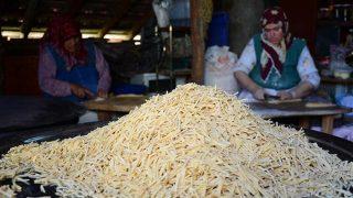 Aksekili kadınların imece usulü erişteleri kilogramı 35 liradan alıcı buluyor