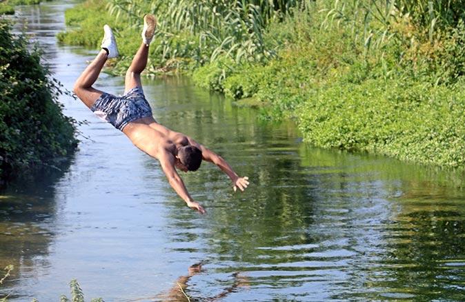 Antalya'da gençlerin su kanalında tehlikeli eğlencesi