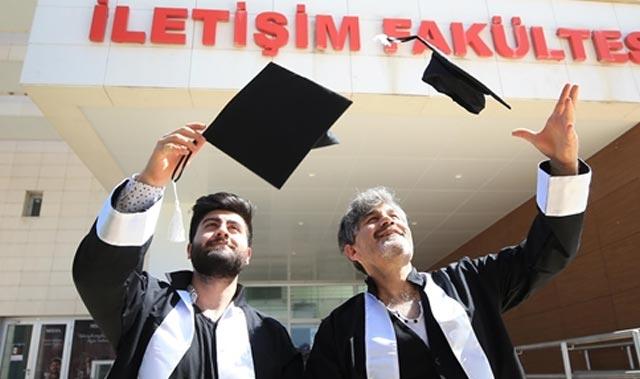 Baba ile oğlu aynı fakülteden birlikte mezun olmanın sevincini yaşıyor