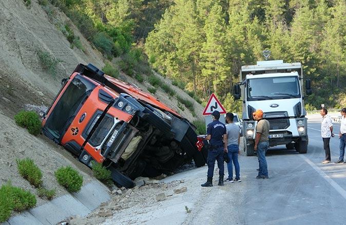 Antalya'da lastiği patlayan kamyon devrildikten sonra cayır cayır yandı!