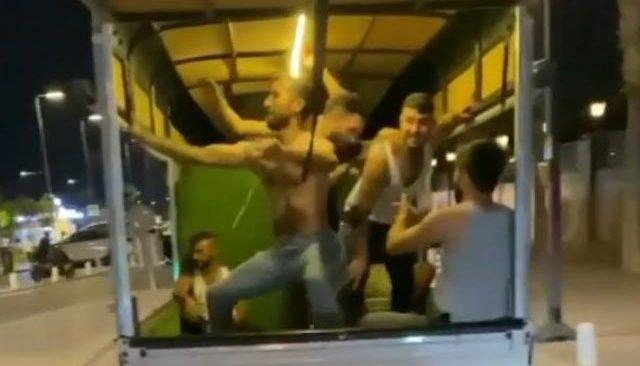 Antalya'da eğlencenin dozunu kaçırdılar! Kamyonet kasasında çılgınca eğlendiler..