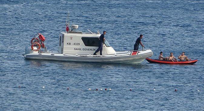 Antalya'da kano ile denize açılan gençler, polisi alarma geçirdi