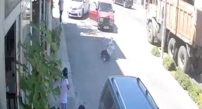 Antalya'da iki otomobil çarpıştı! Sürücünün rahatlığı 'pes' dedirtti