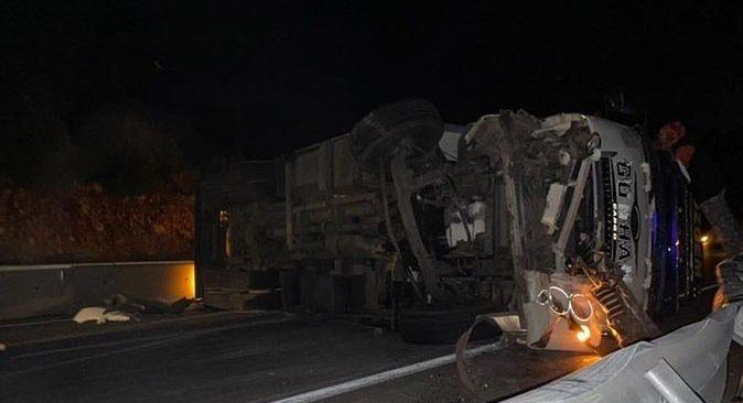 Antalya'da freni boşalan kamyon yan yattı! Yaralılar var