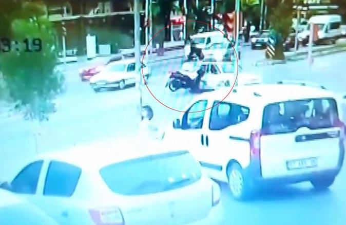 Antalya'da önüne çıkan araca çarptı, takla atarak zemine çakıldı