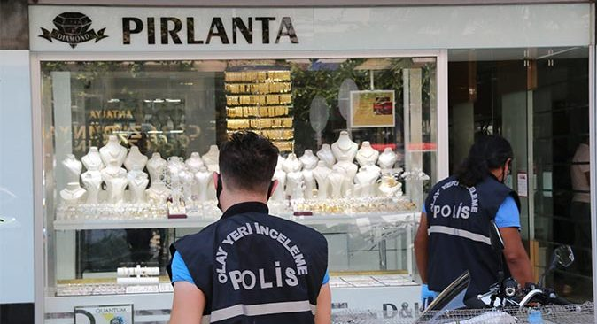 Antalya'da kuyumcuya bıçakla saldırdı!