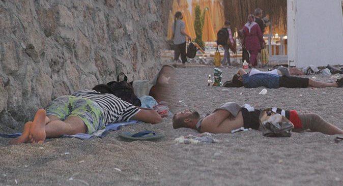 Antalya'da sıcaktan bunalan vatandaşlar Konyaaltı Sahili'nde uyudu