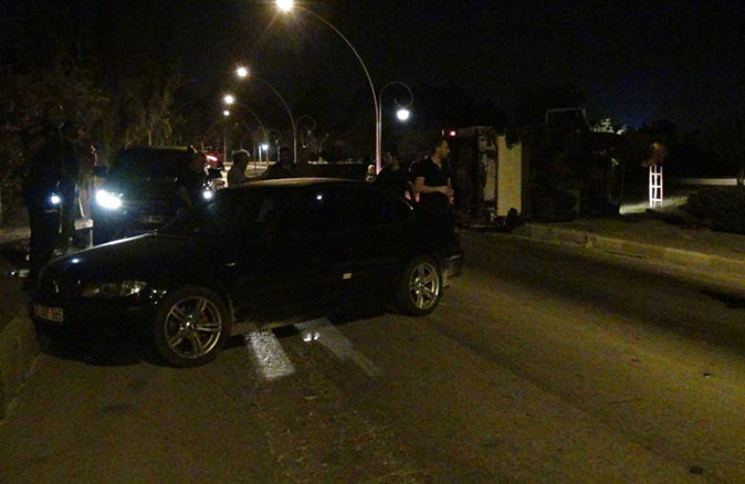 Antalya'da otomobil ile çöp kamyonu çarpıştı