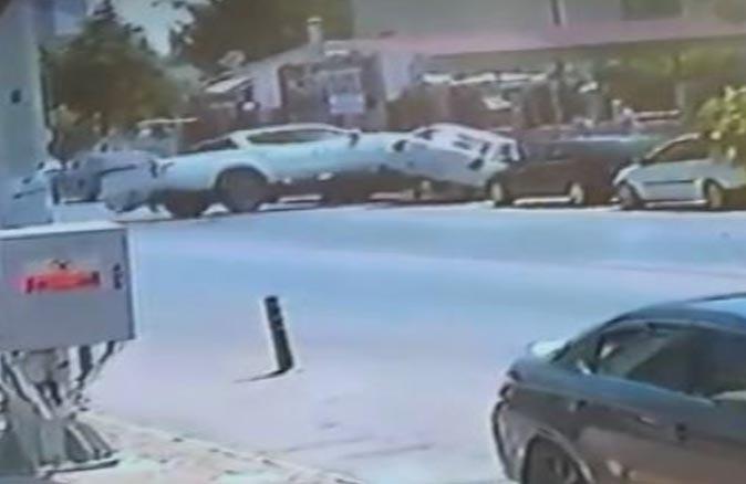Antalya Eğitim ve Araştırma Hastanesi Acil Servis önündeki feci kaza anbean kaydedildi