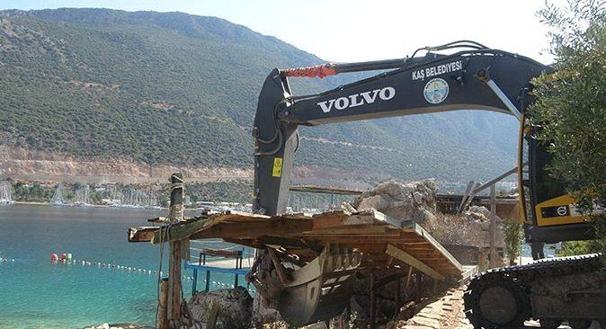 Antalya'da işletme yıkıldı! Plaj vatandaşa ücretsiz açıldı