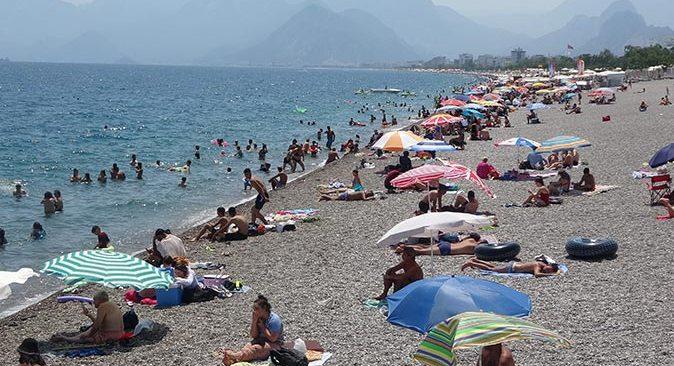 Antalya'da sahilde neredeyse denize girecek nokta kalmadı