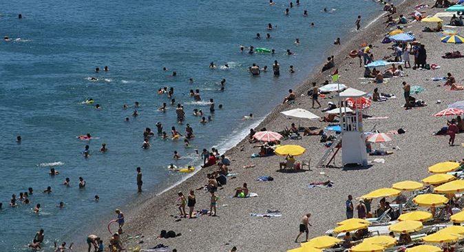 Antalyalılar dünyaca ünlü Konyaaltı Sahili'ne akın etti