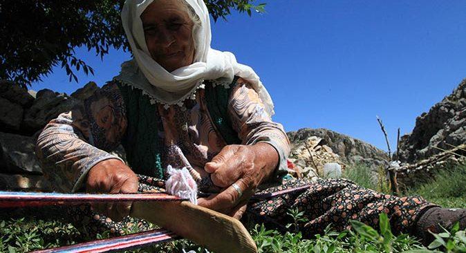 74 yaşındaki Mümine Kardaş, kolan dokuma ve kirmen eğirme kültürünü yaşatıyor