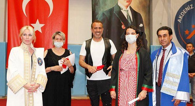Görme engelli Simay Özen Akdeniz Üniversitesi Hukuk Fakültesi'nden başarıyla mezun oldu