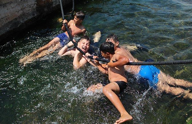 Denize gidemeyen çocukların eğlencesi su parklarını aratmadı