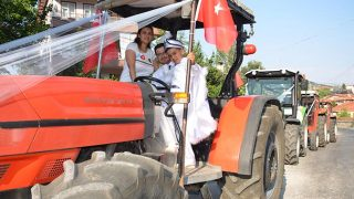 Antalya'da traktörleri süsleyip, sünnet arabası yaptılar
