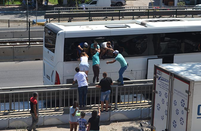 Antalya'da tur firması otobüsü bariyerlere çarptı