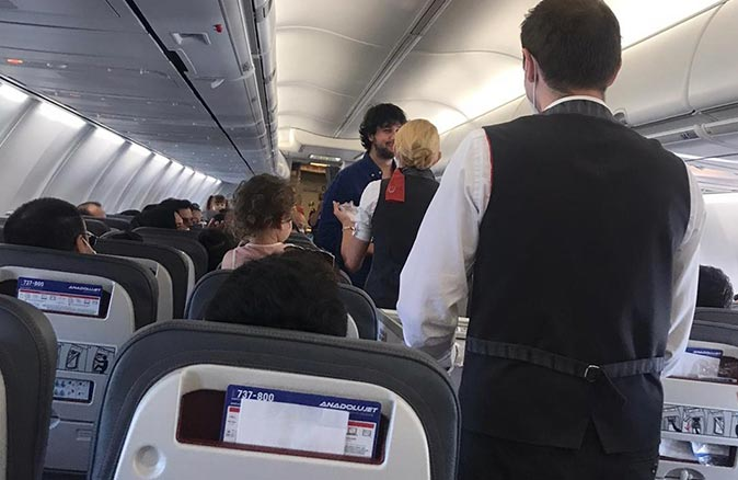 Uçağa yolcu olarak binen genç, hostes sevgilisine evlenme teklifi etti