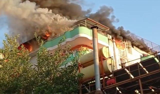 Antalya'da apart otel alev alev yandı