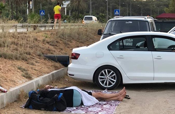 Antalya'da yer bulamayan tatilciler araçlarında ve yerlerde uyudu