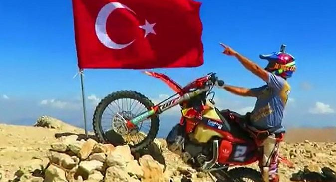 Motosiklet tutkunu Şaban Dede Uyluk Tepesi'ne Türk bayrağı dikti