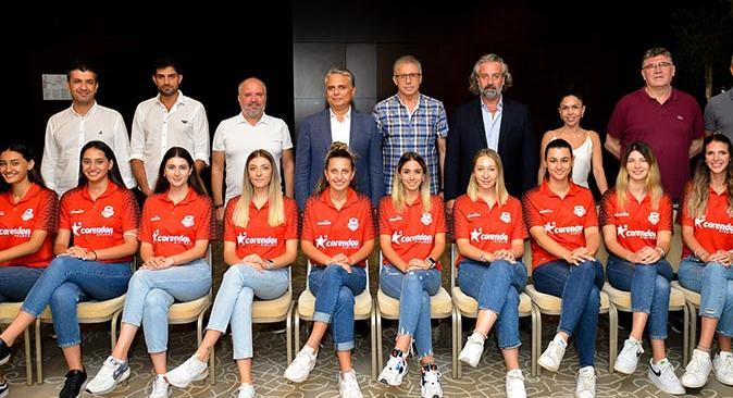 Muratpaşa Belediyespor kadın voleybol takımı Başkan Uysal'la bir araya geldi