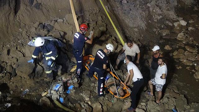 Antalya'da göçük altında kalan işçi son anda kurtarıldı