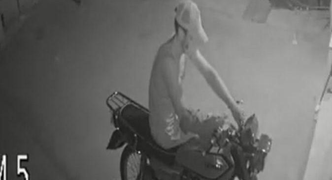 Antalya'da motosikleti çalan hırsızın rahat tavırları pes dedirtti