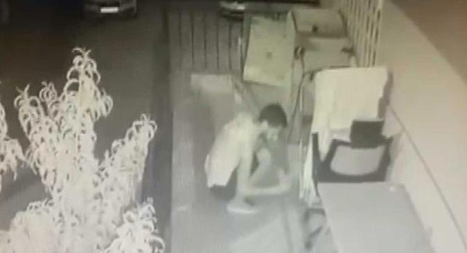 Antalya'da hırsız tişörtleri tek tek inceleyip çaldı
