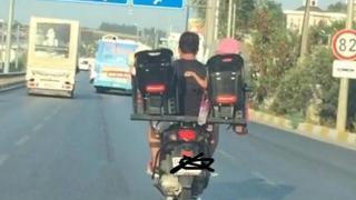 Antalya'da motosiklet sürücüsü baba iki çocuğunu böyle taşıdı