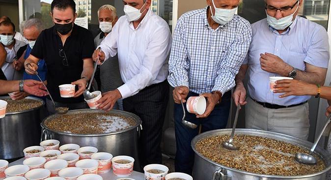 Başkan Semih Esen'den vatandaşlara aşure ikramı