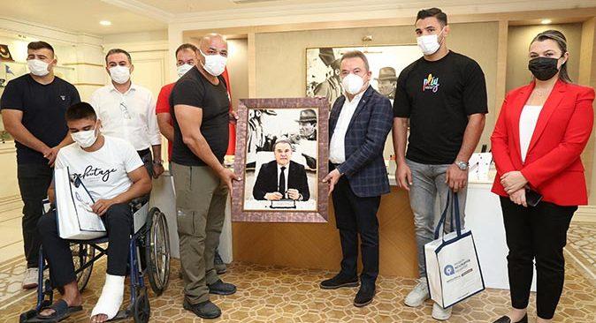 Başkan Muhittin Böcek Kırkpınar'ın şampiyon takımı ile buluştu