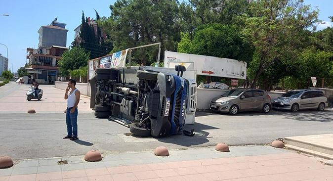 Serik'te kamyonlar çarpıştı! Yaralılar var