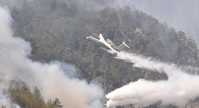 Muğla'da yangına havadan ve karadan müdahale sürüyor