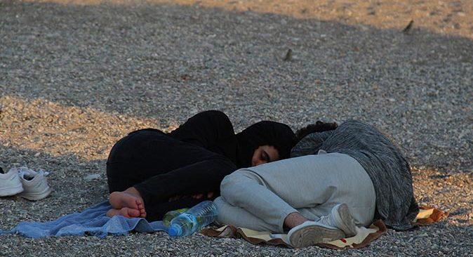 Antalya'da sıcak ve nemli havadan bunalanlar Konyaaltı Sahili'nde sabahlıyor