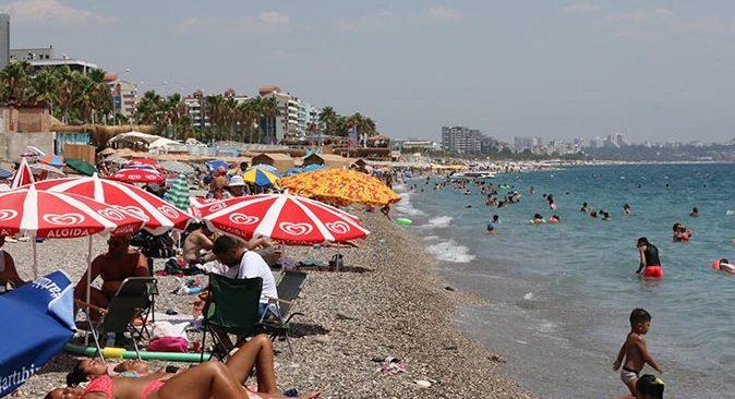 Hava sıcaklığının 38 dereceye çıkmasını fırsat bilenler sahile akın etti