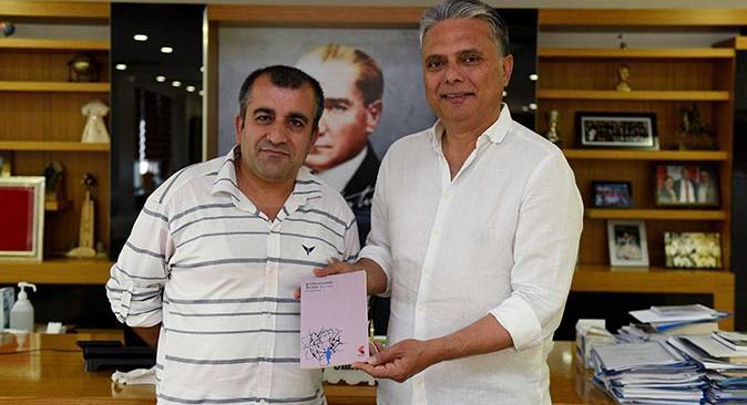 Hasan Begdaş imzalı kitabını Başkan Uysal'a hediye etti