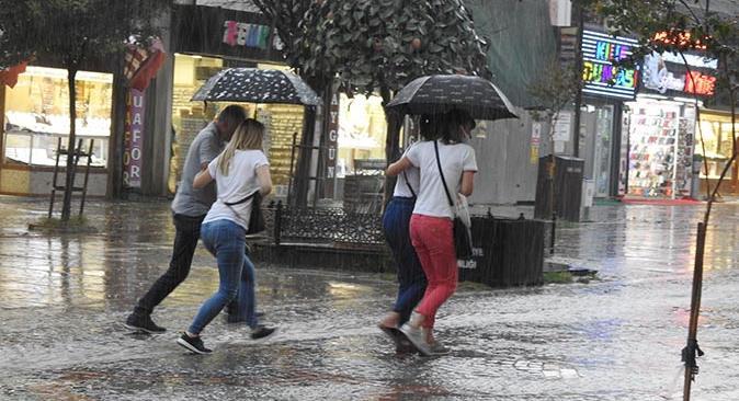 Edirne'ce 15 dakikalık fırtına ve yağış vatandaşlara zor anlar yaşattı