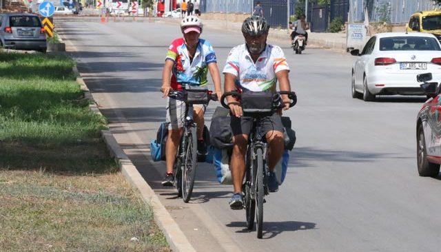 Bisiklet tutkunu, yol kenarlarına atılan cam şişelere isyan etti