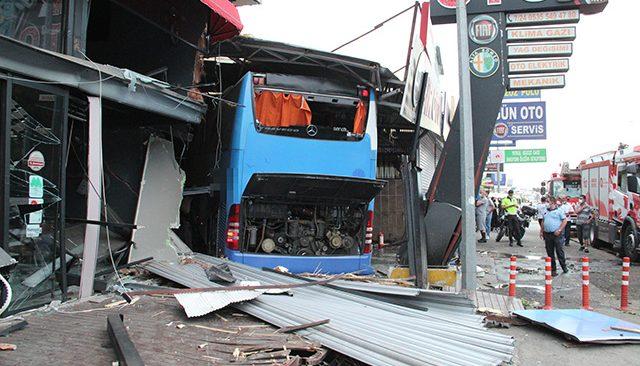 Turizm otobüsü iş yerine girdi! Yaralılar var...