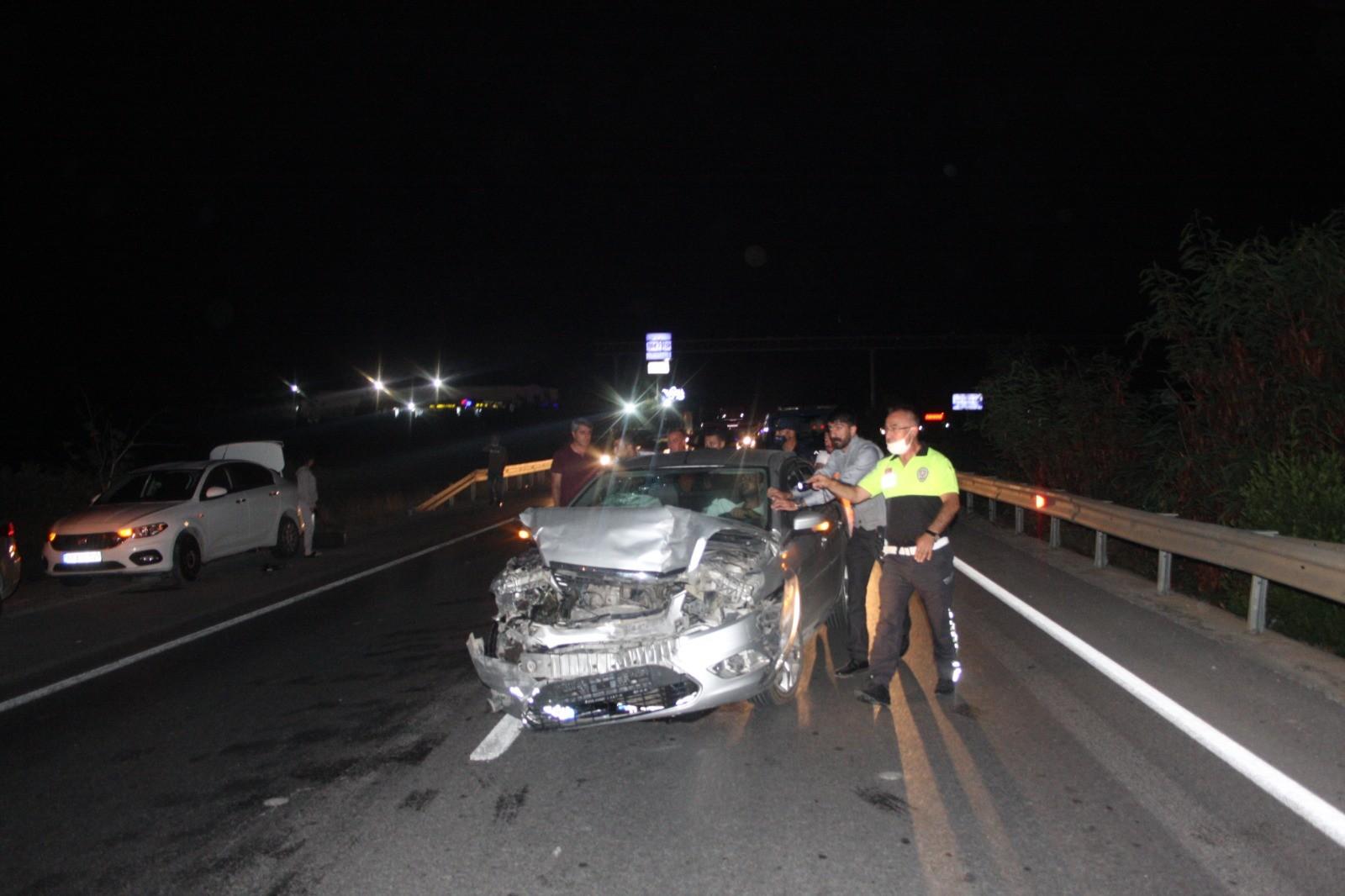 Kaza yapan araçlara bakarken kazaya neden oldular
