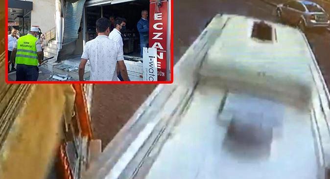 Antalya'da midibüs iş yerine girdi! Şoför aracından bile inmeden kaçtı