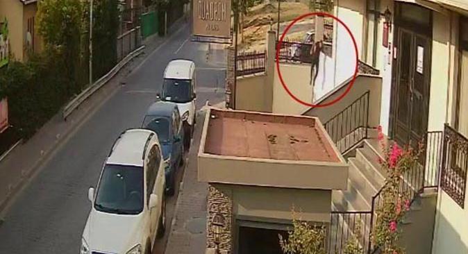 15 yaşındaki genç hırsızları tekme tokat kovaladı