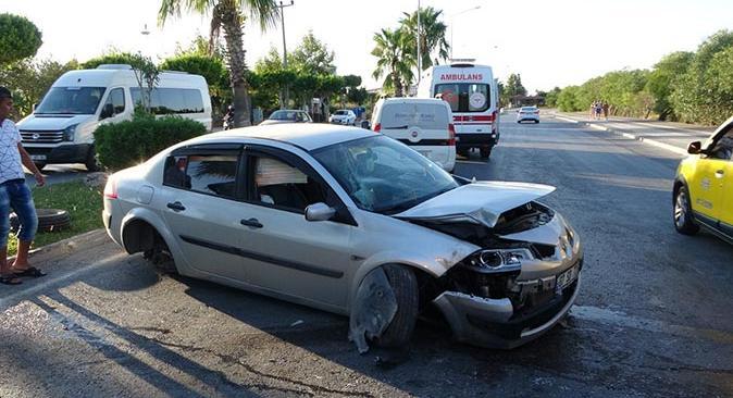 Otomobil palmiye ağacına çarptı! Burunları kanamadan çıktılar