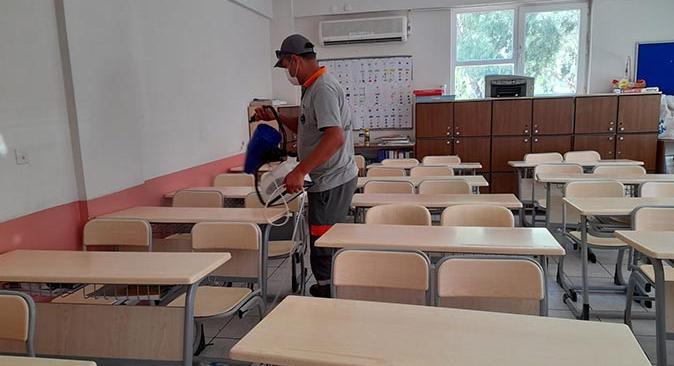 Kemer Belediyesi okullarda dezenfektan çalışması yapıyor