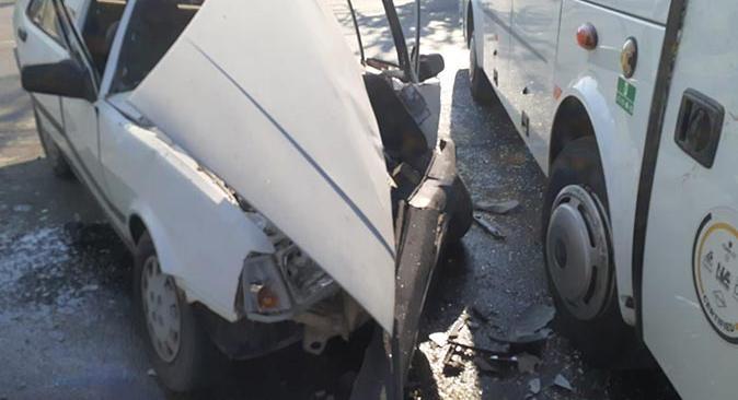 Serik'te otomobil ile midibüs çarpıştı