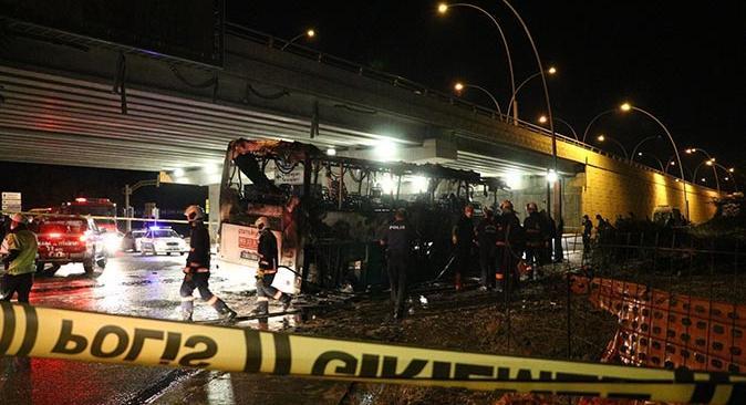 Ankara'da yolcu otobüsü aydınlatma direğine çarparak yandı